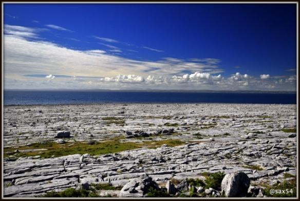 La punta del Burren tra pavimenti in pietra che scendono fino al mare e massi erratici